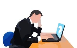 Ahorrador preocupado frente a su ordenador