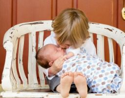 Hermanos besándose