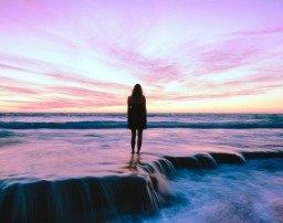 Mujer ante un precioso paisaje