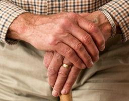 Manos de un pensionista