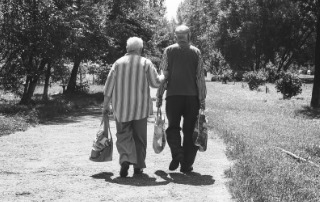 Jubilados paseando juntos