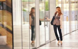Mujer entra en la empresa