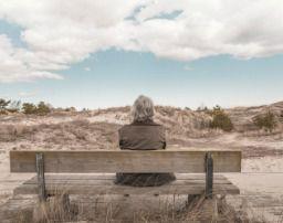 Pensionista sentada en un banco