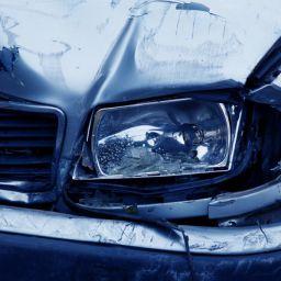 coche accidentado con faro roto