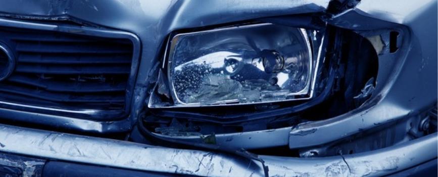 faro roto en un accidente de coche